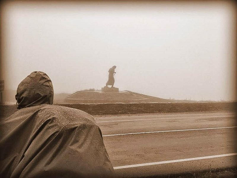 caminho-frances-de-santiago-escultura-do-peregrino-lutando-contra-o-vento