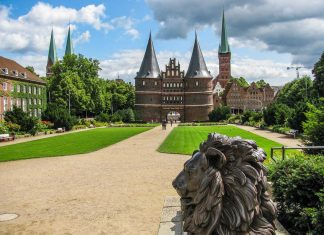 lubeck-holstentor-welcome-view