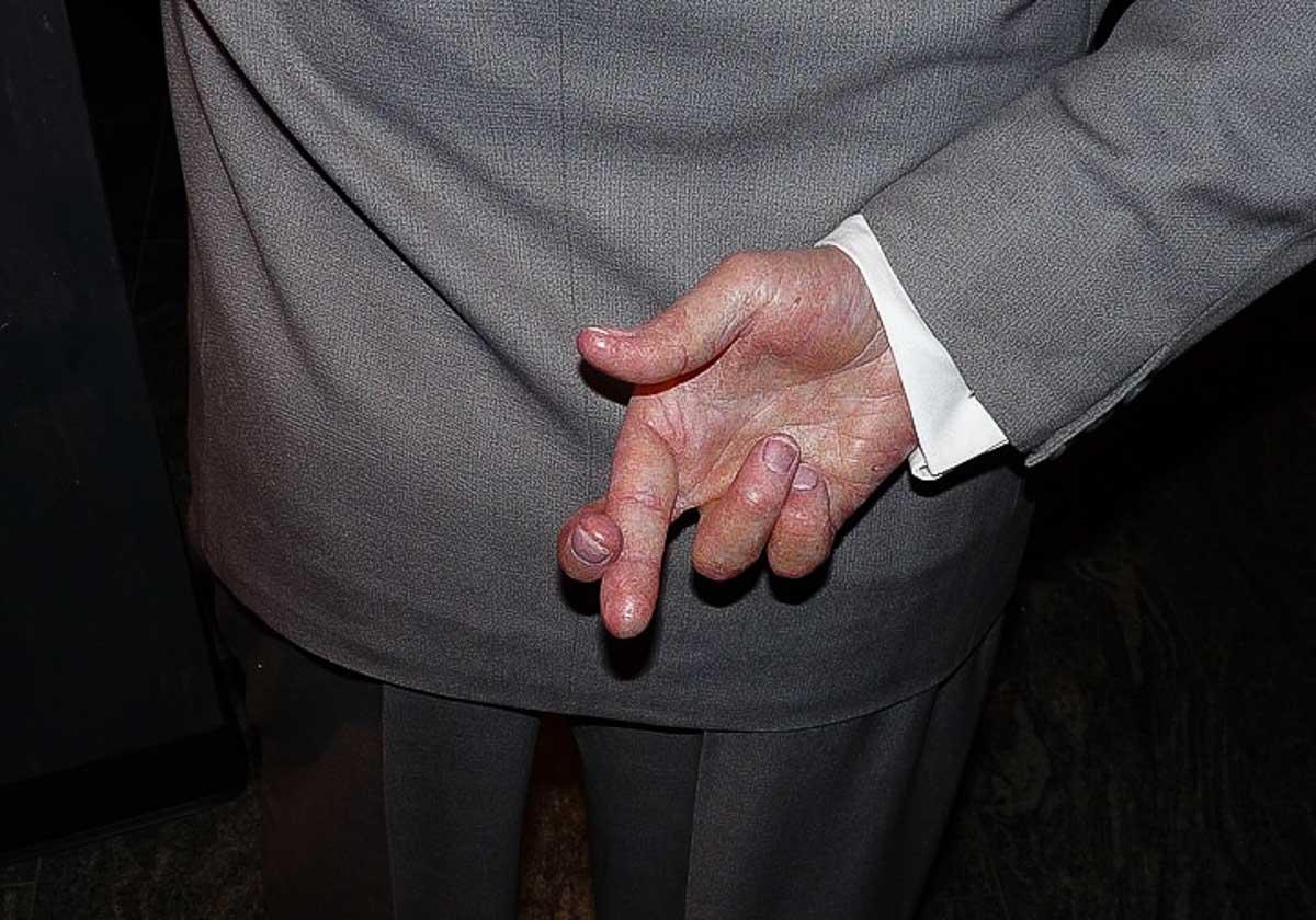 gestos ofensivos dedos cruxados