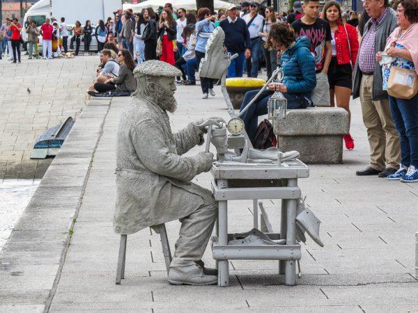 visitar-Porto-cais da-ribeira-artista-de-rua