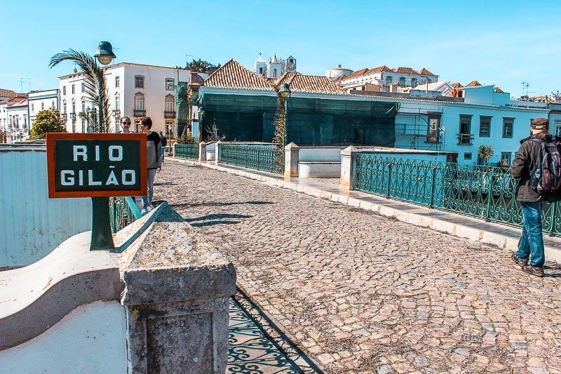 visitar-tavira-ponte-romana-sobre-rio-gilão